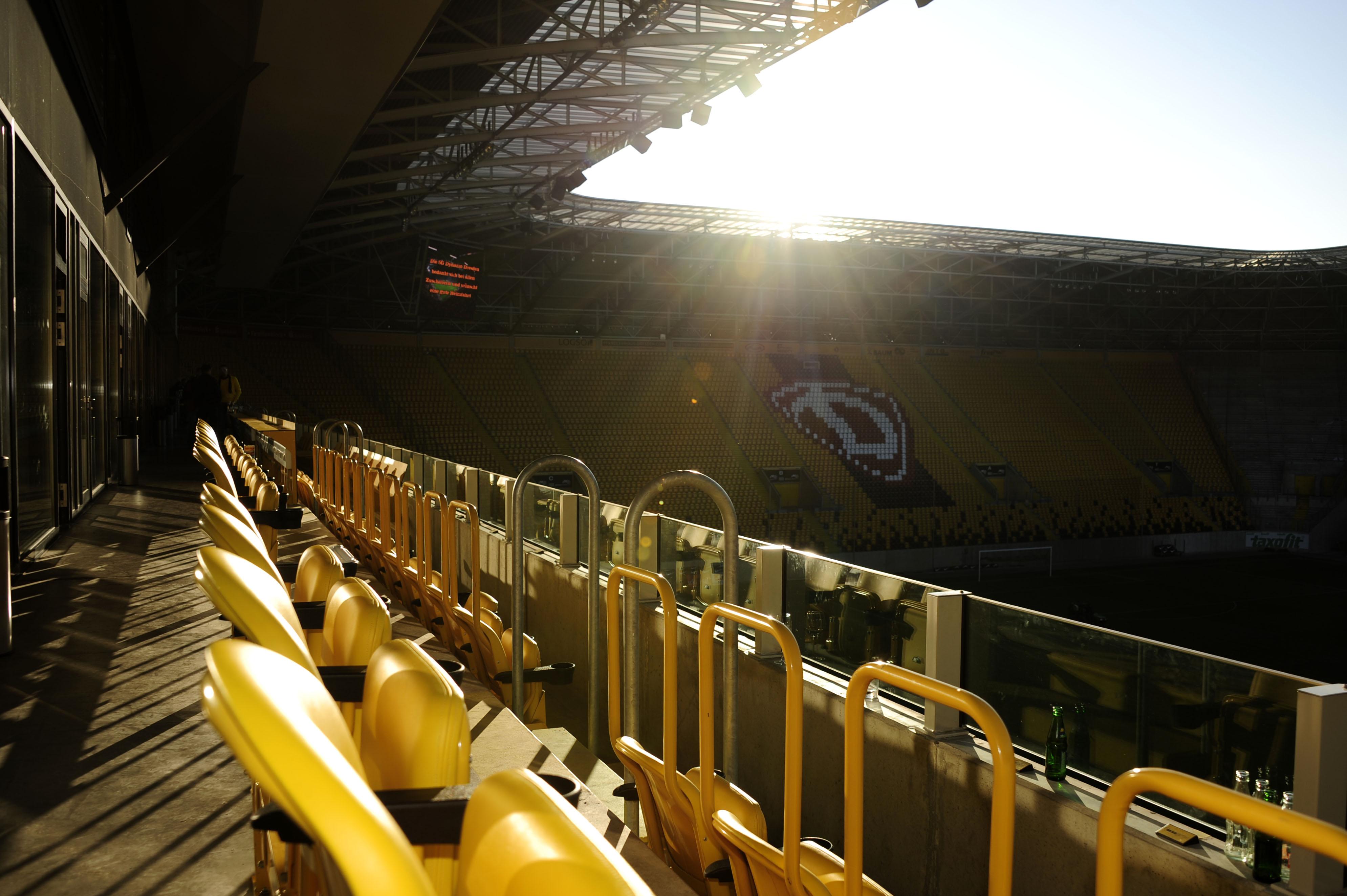 Blick von der Logen-Ebene des VIP-Bereiches; Abendstimmung ueber dem glücksgas stadion; SG Dynamo Dresden - Alemannia Aachen 1:1; 16. Oktober 2011; Foto: Dehli-News / Frank Dehlis [Frank Dehlis; Trachauer Str. 32; 01139 Dresden; Tel.: 0172. 3525234; Mail: foto@dehli-news.de;  Ostsaechsische Sparkasse Dresden; Kto.: 4121309060; BLZ: 85050300; Honorar zuzuegl. 7 % (Prozent) MwSt;  Finanzamt Dresden II; Steuer-Nr.: 202/212/00277; soweit nicht anders vereinbart, gilt die aktuelle MFM-Bildhonorarliste; Veroeffentlichung nur gegen Honorar, Urhebervermerk und Belegexemplar; saemtliche Nutzungen erfolgen ausschliesslich auf der Grundlage meiner unter folgendem Link www.dehli-news.de/agb einsehbaren Allgemeinen Geschaeftsbedingungen (AGB)]