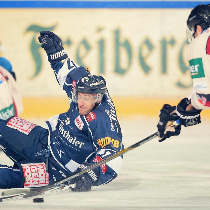 Harrison Reed von den Dresdner Eislöwen liegt am Boden während Spiels zwischen den Eislöwen Dresden und EC Bad Nauheim am 18.09.2015 in Dresden, Deutschland. (Foto von Florian Pohl/City-Press GbR)