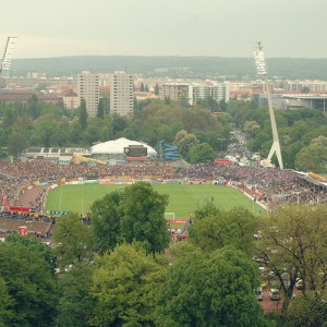 Blick in das ausverkaufte Rudolf-Harbig-Stadion; Dynamo Dresden - Erzgebirge Aue 1:0; Fußball, 2. Bundesliga; 06. Mai 2005; Foto: Dehli-News / Frank Dehlis [Frank Dehlis; Koenigsbruecker Platz 3; 01097 Dresden; Tel.: 0172. 3525234; Mail: foto@dehli-news.de;  Ostsaechsische Sparkasse Dresden; Kto.: 4121309060; BLZ: 85050300; Honorar zuzuegl. 7 % (Prozent) MwSt;  Finanzamt Dresden II; Steuer-Nr.: 202/212/00277; soweit nicht anders vereinbart, gilt die aktuelle MFM-Bildhonorarliste; Veroeffentlichung nur gegen Honorar, Urhebervermerk und Belegexemplar; saemtliche Nutzungen erfolgen ausschliesslich auf der Grundlage meiner unter folgendem Link www.dehli-news.de/agb einsehbaren Allgemeinen Geschaeftsbedingungen (AGB)]
