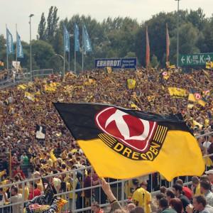 Blick auf die Fankurve im Rudolf-Harbig-Stadion; 1. FC Dynamo Dresden - 1. FC Magdeburg 2:1; 16 September 2006; Foto: Dehli-News / Frank Dehlis  [Frank Dehlis; Koenigsbruecker Platz 3; 01097 Dresden; Tel.: 0172. 3525234; Mail: foto@dehli-news.de;  Ostsaechsische Sparkasse Dresden; Kto.: 4121309060; BLZ: 85050300; Honorar zuzügl. 7% MwSt;  Finanzamt Dresden II; Steuer-Nr.: 202/212/00277; Honorar nach MFM-Liste; Belegexemplar- und Honorarpflichtig !]
