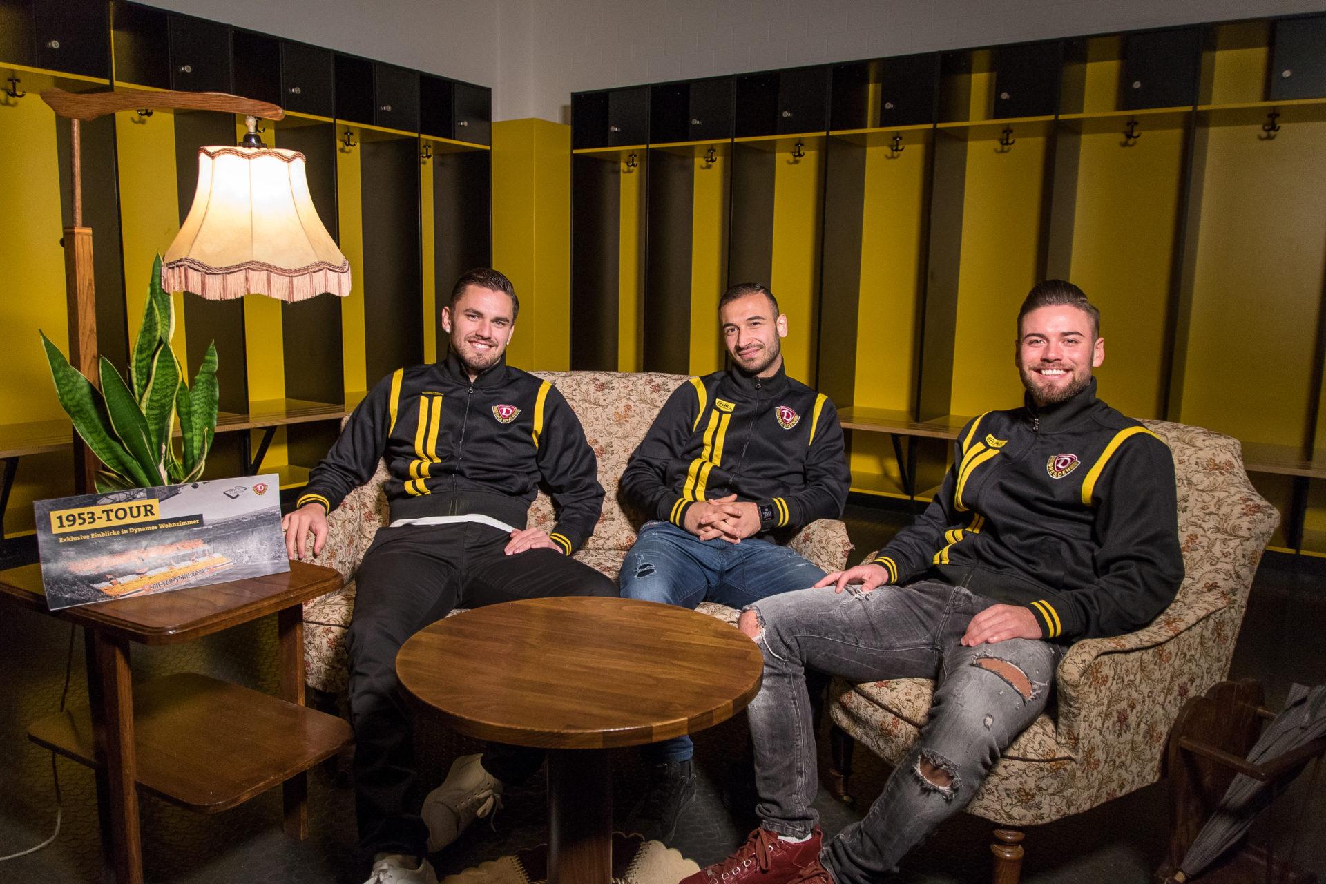 """Pascal Testroet (links), Akaki Gogia und Niklas Kreuzer posieren in ihrem """"Wohnzimmer"""" für ein Werbefoto."""