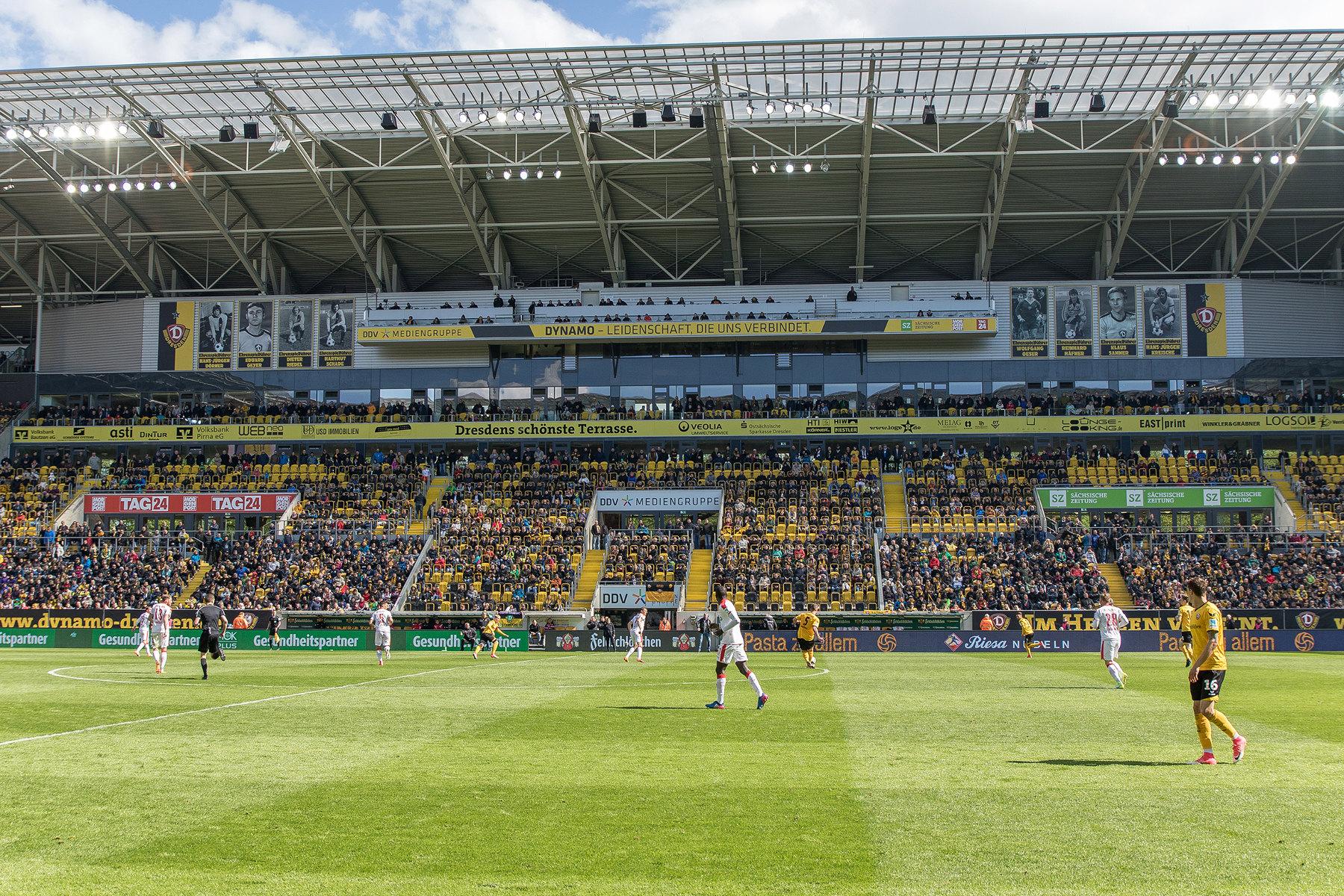 Die Vip-Tribüne mit den Tafeln der Ehrenspielführern der SG Dynamo Dresden.