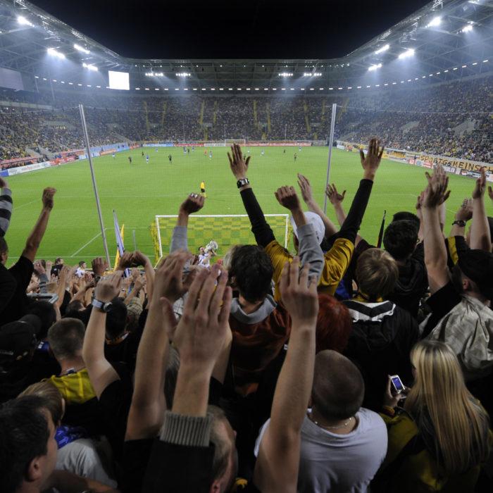 Blick aus dem Fanblock auf das mit 32000 Zuschauern ausverkaufte Rudolf-Harbig-Stadion; Eroeffnungspiel des neuen Stadions; 15. September 2009; Foto: Dehli-News / Frank Dehlis [Frank Dehlis; Trachauer Str. 32; 01139 Dresden; Tel.: 0172. 3525234; Mail: foto@dehli-news.de;  Ostsaechsische Sparkasse Dresden; Kto.: 4121309060; BLZ: 85050300; Honorar zuzuegl. 7 % (Prozent) MwSt;  Finanzamt Dresden II; Steuer-Nr.: 202/212/00277; soweit nicht anders vereinbart, gilt die aktuelle MFM-Bildhonorarliste; Veroeffentlichung nur gegen Honorar, Urhebervermerk und Belegexemplar; saemtliche Nutzungen erfolgen ausschliesslich auf der Grundlage meiner unter folgendem Link www.dehli-news.de/agb einsehbaren Allgemeinen Geschaeftsbedingungen (AGB)]